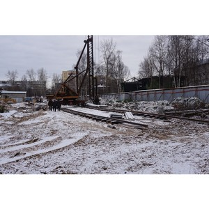На первом в Архангельске жилом комплексе эко-класса устанавливают башенный кран