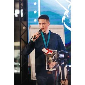 Победитель второго чемпионата по игре «Камень, ножницы, бумага» стал обладателем Iphone XR