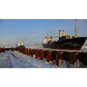 Порт Сабетта принял первые грузовые суда