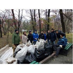 Осенний субботник на Монументе Славы в канун его 50-летия провели новосибирские волонтёры