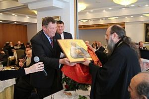 Икона Святой Матроны Московской преподнесена в дар митрополиту Патрскому Хризостому