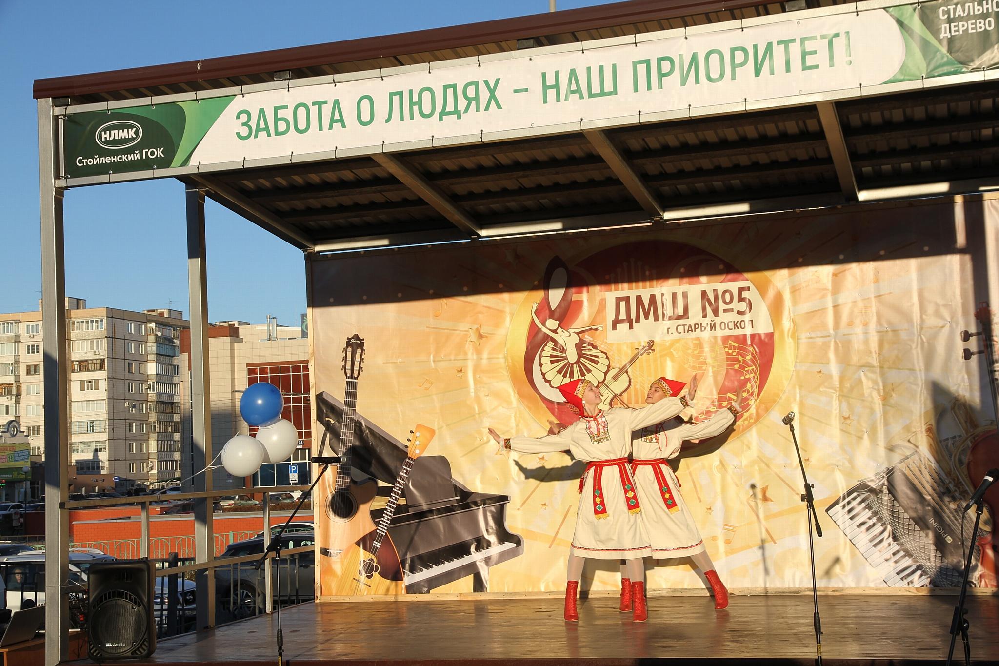 Сотрудник Стойленского ГОКа установил в городе сцену для уличных выступлений