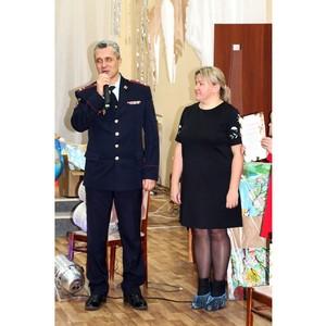 В Волгограде «Полицейский Дед Мороз» поздравил детей с Новым годом