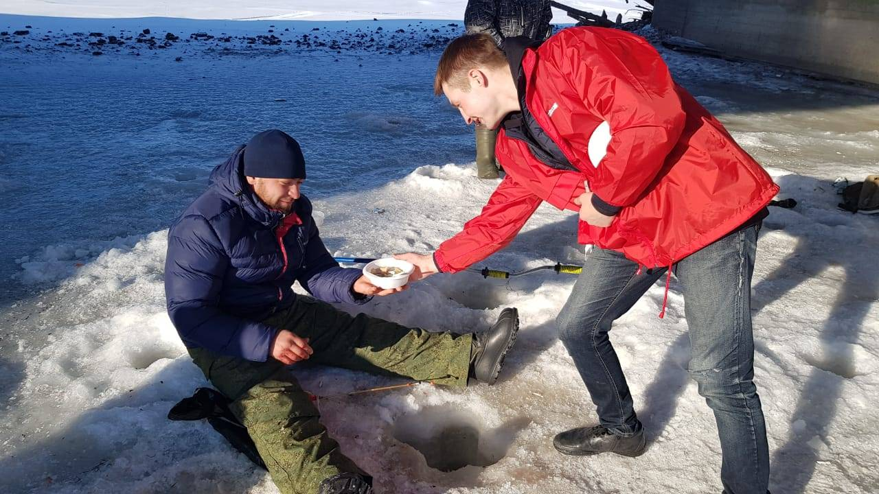 Команда камчатской «Молодежки ОНФ» накормила ухой любителей зимней рыбалки