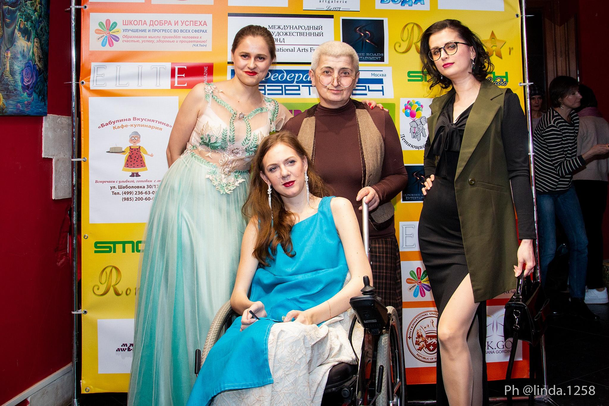 Юлия Исакова, Мария Штейнберг, Виктория Рэйес-Альмирас и участница инклюзивного показа.