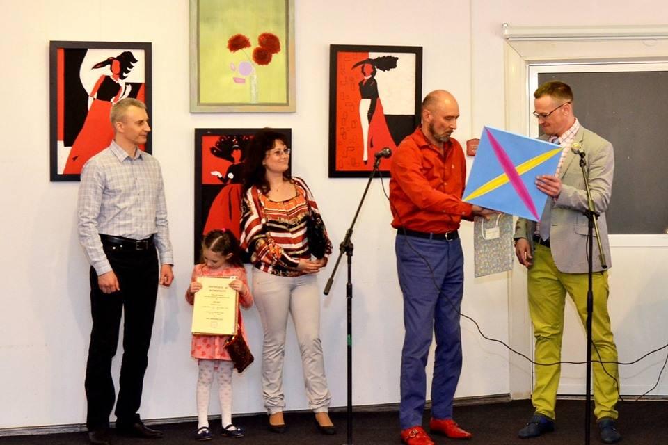 Вручение картины Искана семье Терешковых, слева Вячеслав Музыкантов, директор по развитию ВВЦ Домстрой.