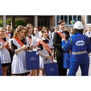 Стойленцы поздравили выпускников подшефной школы с последним звонком