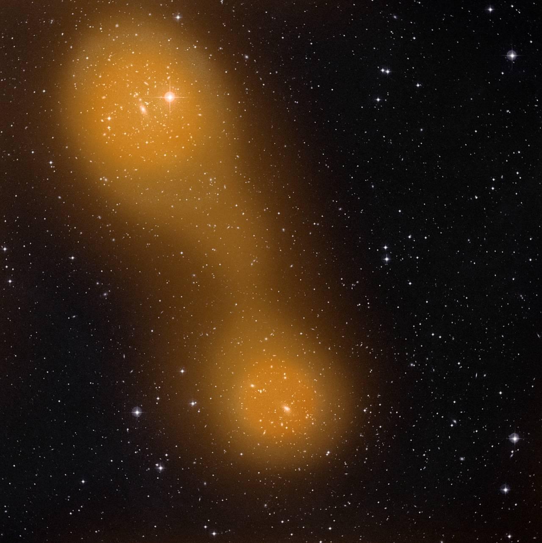 Мост из раскаленного до 80 миллионов градусов по Цельсию газа между скоплениями галактик Abell 0399 и Abell 0401. Crdeit: ESA & Planck Collaboration/STScI/ Digitized Sky Survey.