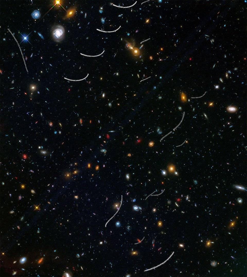 Изогнутые треки астероидов на снимке «Хаббла» из обзора Frontier Fields.