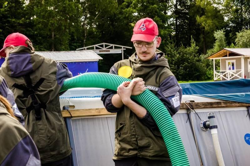 Участники форума «Рубеж» осваивают техники тушения пожаров и учатся оказывать первую помощь
