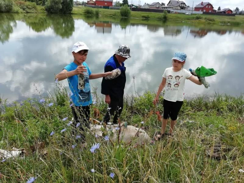 Семья активистки ОНФ в Мордовии убрала от мусора берег водоема в окрестностях Рузаевки