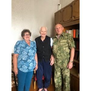 Ветеран-именинник Росгвардии принимает поздравления с 96-летием