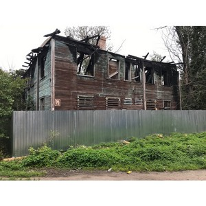 Власти Петрозаводска учли замечания активистов ОНФ и огородили разрушенный дом забором