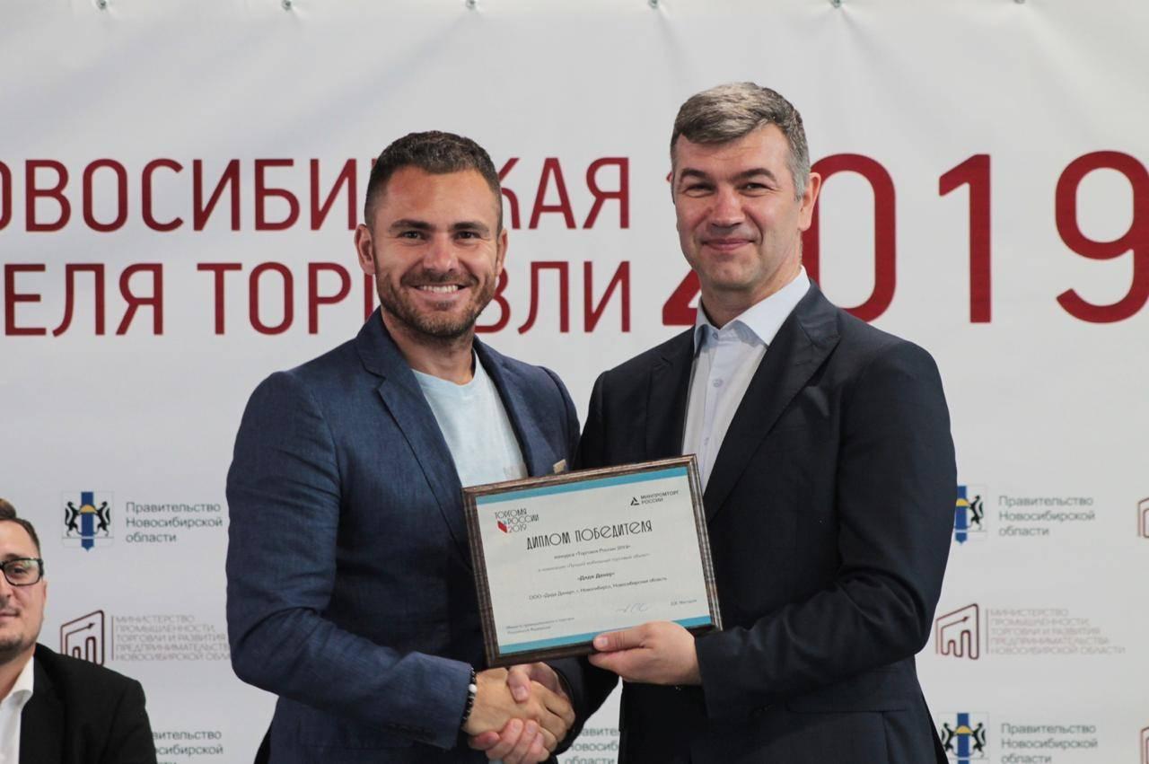 Директор ООО «Дядя Дёнер» Антон Лыков (слева) и министр промышленности и торговли НСО Андрей Гончаров.