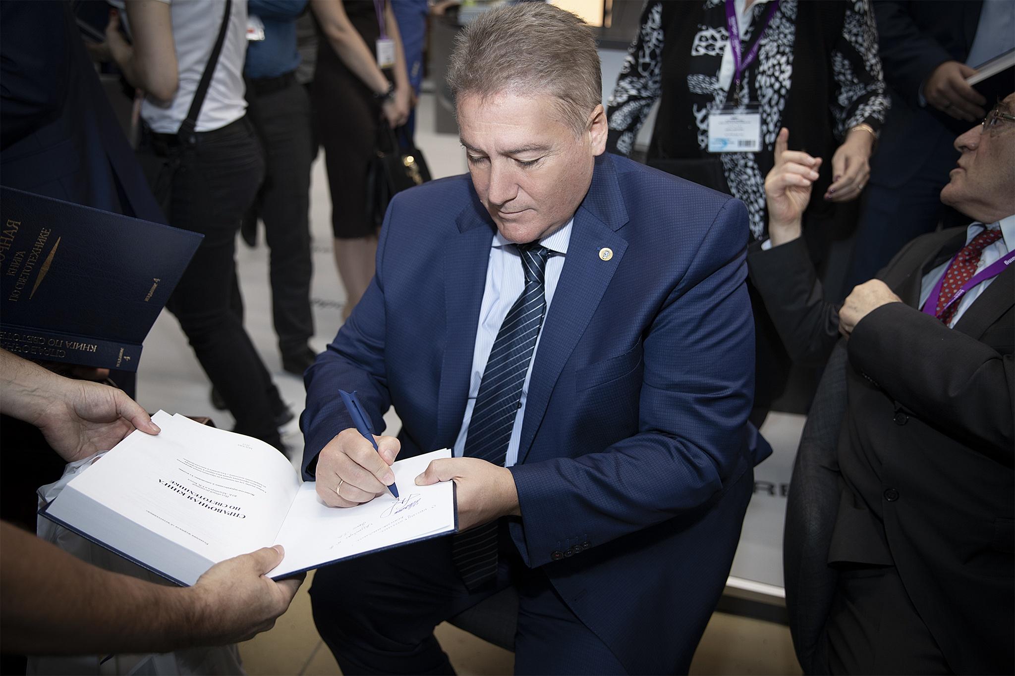 Георгий Боос подписывает СКС4