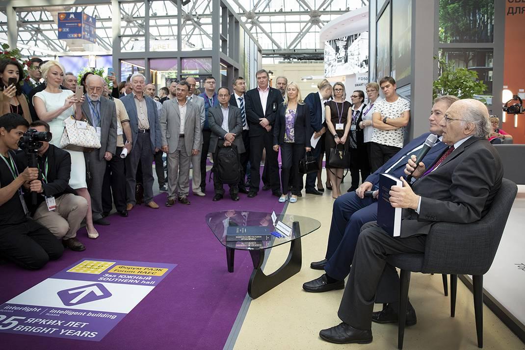 Юлиан  Айзенберг и Георгий Боос представили «Справочную книгу по светотехнике»