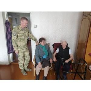 Росгвардейцы Тувы поздравили ветеранов с Днём пожилых людей