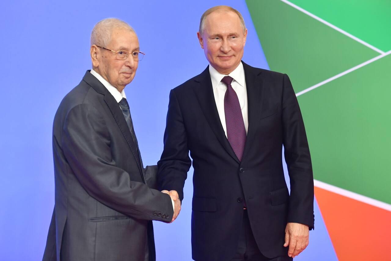 Президент Алжира Абделькадер Бенсалах и президент РФ Владимир Путин во время церемонии официальной встречи глав государств и правительств государств. Фото ТАСС.