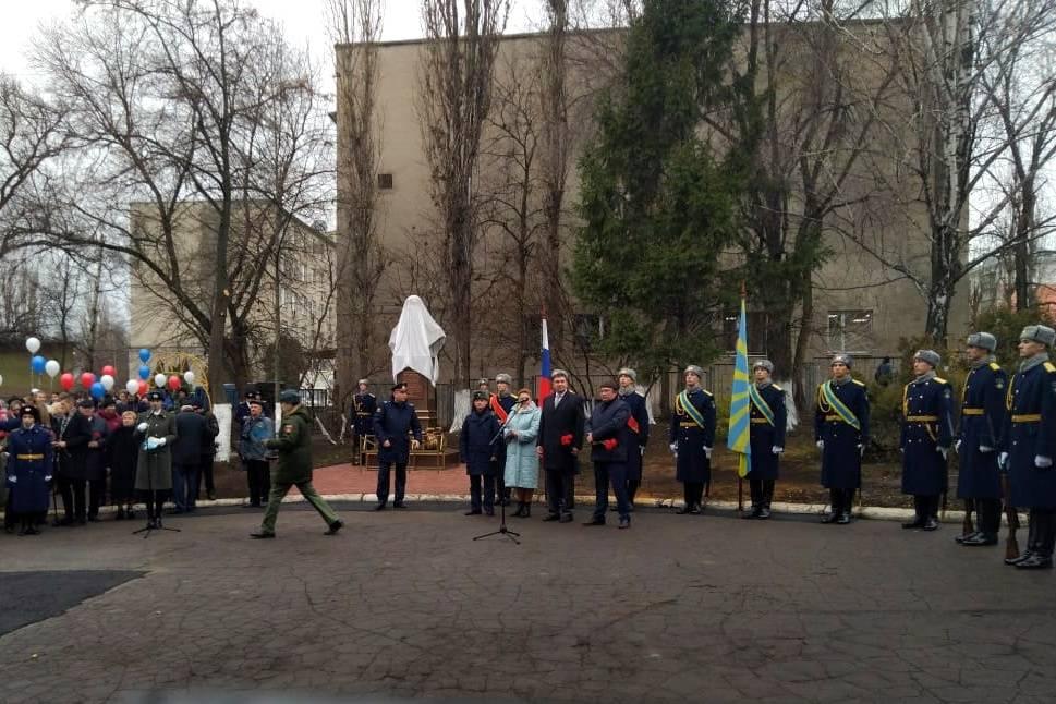 В подшефной школе «Липецкцемента» установлен бюст летчику Водопьянову