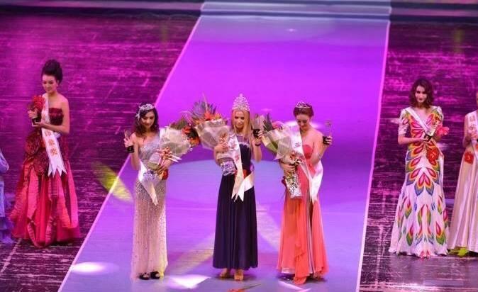 Церемония награждения: Валентина Белянка (посредине) получила первое место в Международном конкурсе супермоделей в 2013 году.