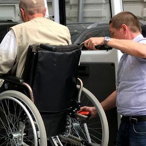 Инвалид-колясочник организовал службу такси для маломобильных граждан