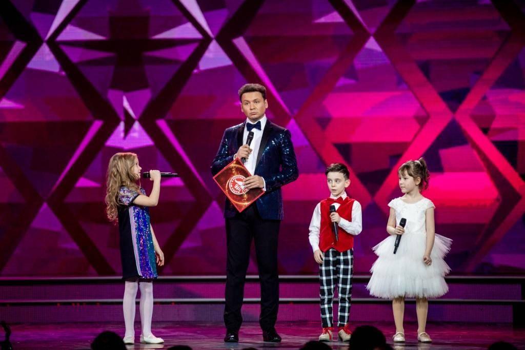 Александр Олешко, ведущий церемонии, соведущие детский театр «Домисолька».