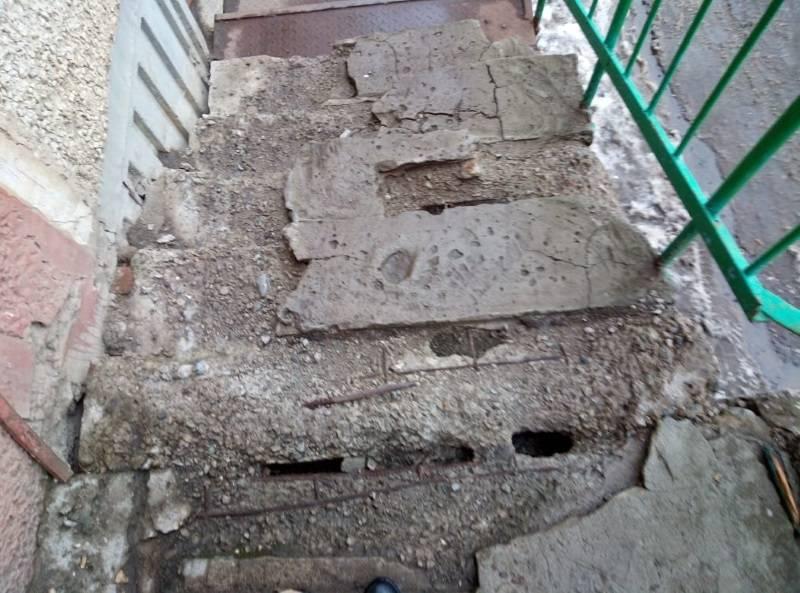 Жители Саранска ходят в паспортный стол по развалившейся лестнице