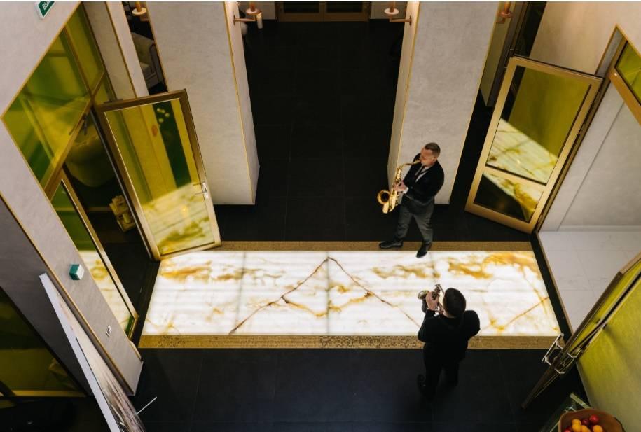 В интерьерах первого этажа использован редкий полудрагоценный Onyx Bianco.
