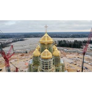 Купола и кресты поставили на Главный храм ВС РФ специалисты ВСК