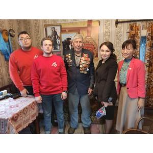 Фронтовика с Новым годом поздравили активисты ОНФ и волонтёры Победы