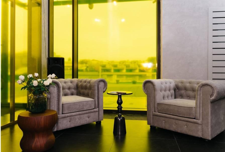 Панорамные желтые витражи  создают теплую уютную атмосферу и насыщают пространство  солнцем в любую даже самую хмурую петербургскую пог
