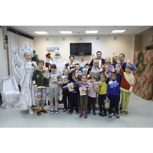 Сотрудники ЦУМа с Дедом Морозом и Снегурочкой приехали в «Бригантину»