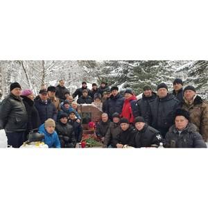 В Новосибирске бойцы СОБР возложили цветы к могиле Героя России