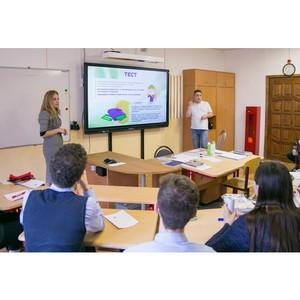 На жестовом языке рассказали о финансах московским школьникам