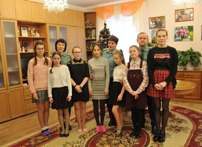 Смоленские таможенники передали подарки от Деда Мороза
