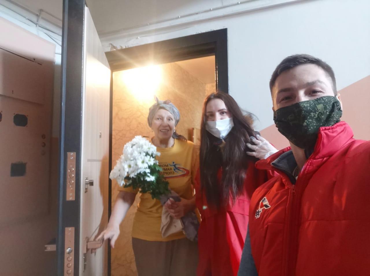 Камчатские волонтёры поздравили пенсионерку в режиме самоизоляции