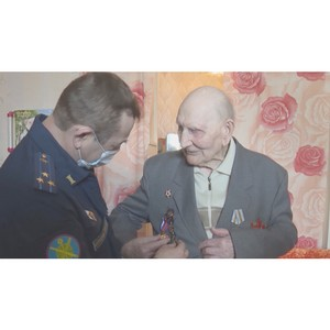 Военные провели личный парад Победы для 104-летнего Семена Козьмина