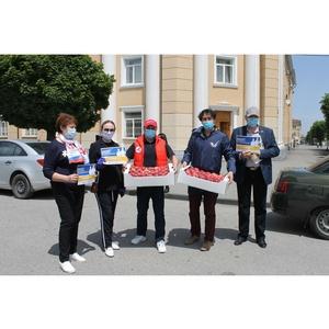 В рамках акции #МыВместе медработникам КБР доставили фрукты и ягоды
