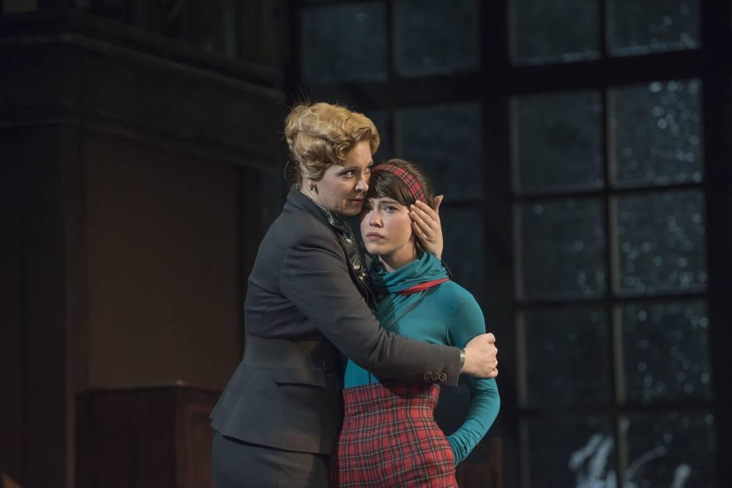 Малый театр: онлайн-трансляция спектакля «Восемь любящих женщин»