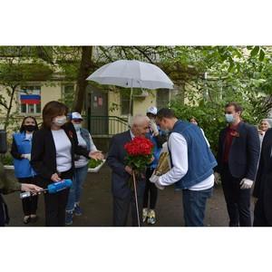 Сотрудники издательства «Феникс» поздравили ветеранов с Днём Победы