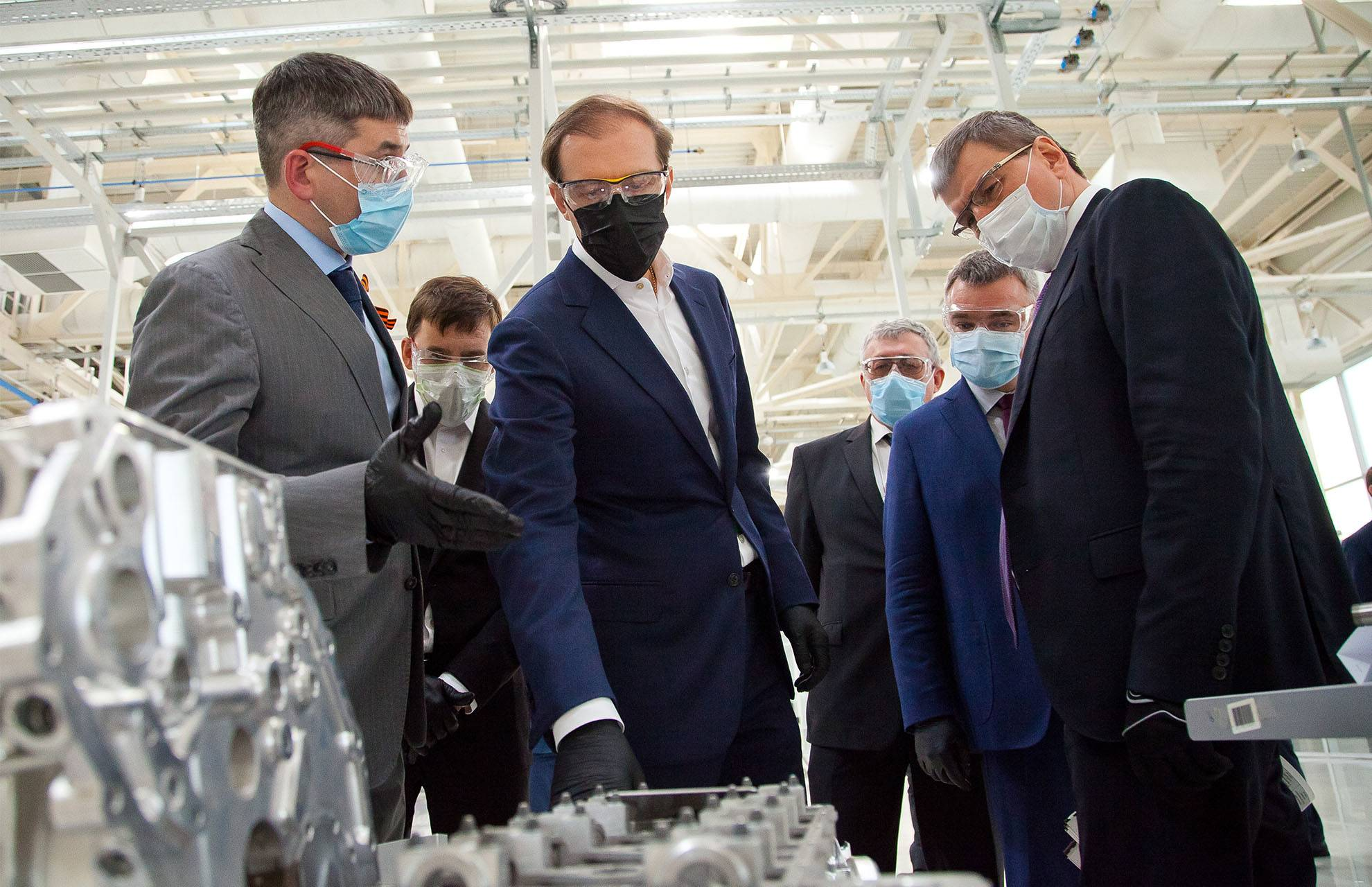 Главы Минпромторга и Свердловской области посетили УОМЗ