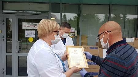 «Эссен Продакшн» и фонд «Махеев» раздали пациентам ДРКБ подарки
