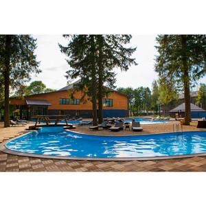 Открытый бассейн в парк-отеле