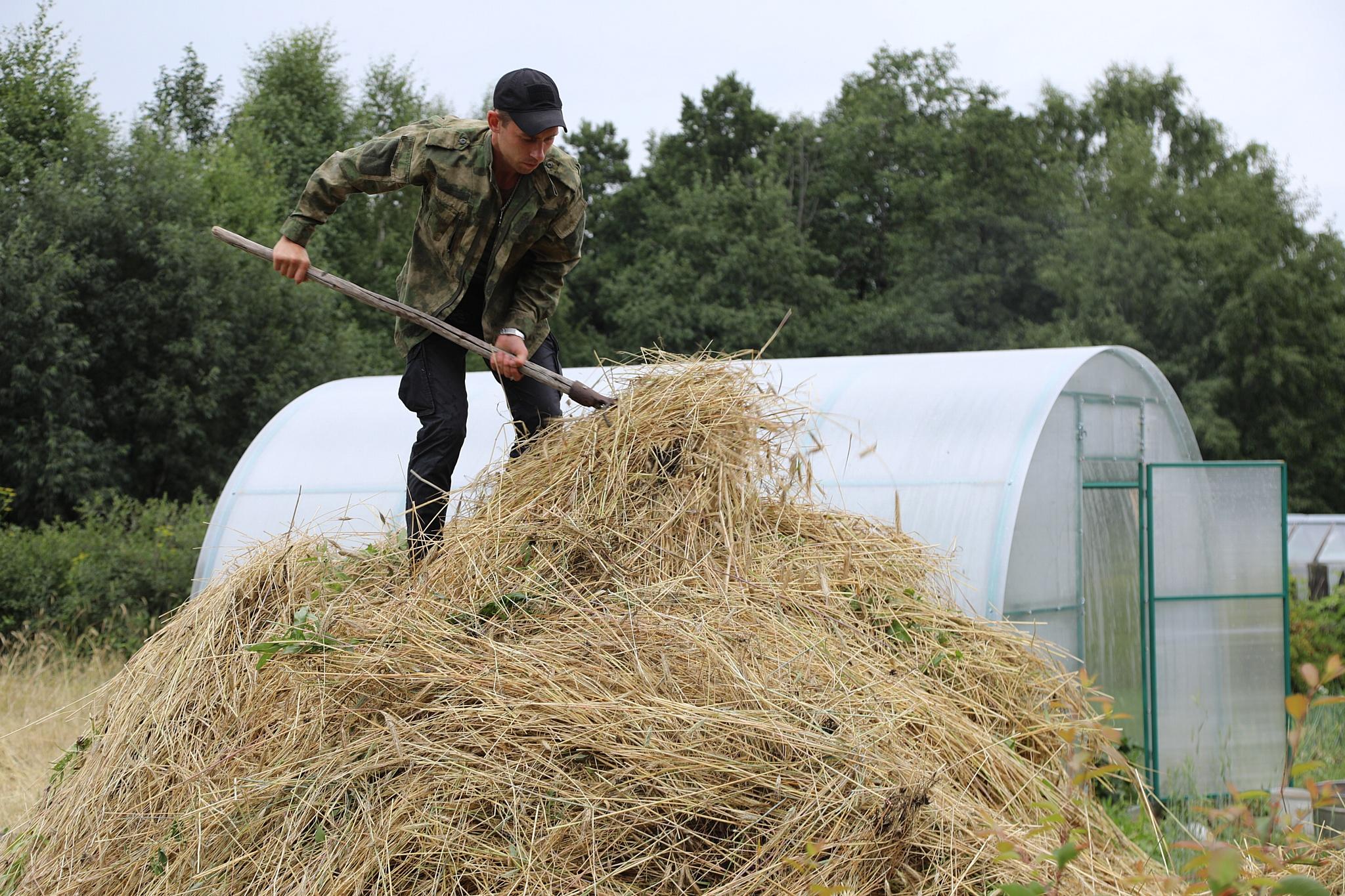 Боец ОМОН передал Екатеринбургскому зоопарку около тонны ржи