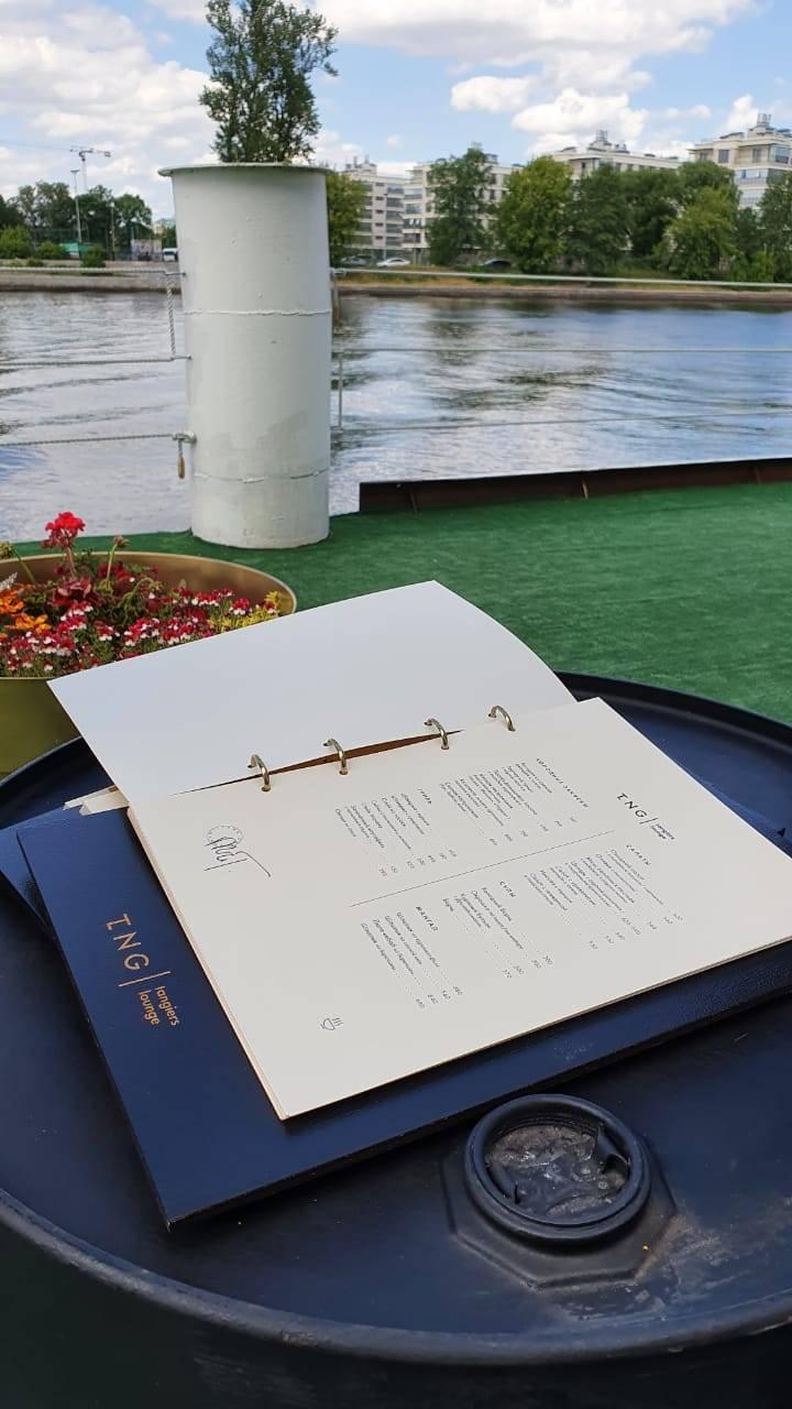 Гурманов ожидают авторские коктейли, блюда европейской̆ и японской̆ кухни, а также кальяны от мастеров Tangiers Lounge