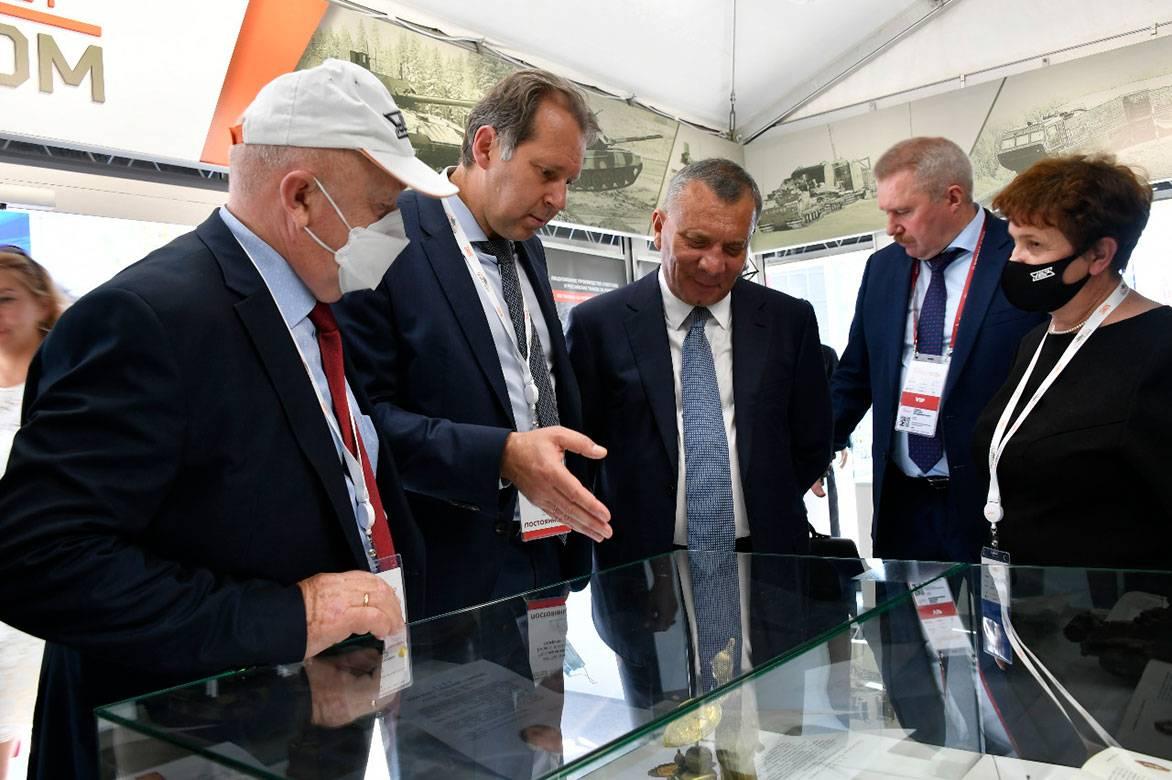 Юрий Борисов оценил реликвии танковых заводов УВЗ на форуме Армия-2020