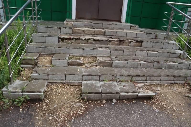 Крыльцо здания почты в пригороде Саранска требует срочного ремонта