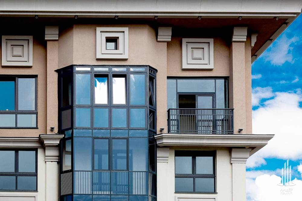 Жилой комплекс в Санкт-Петербурге остеклили профилем Deceuninck