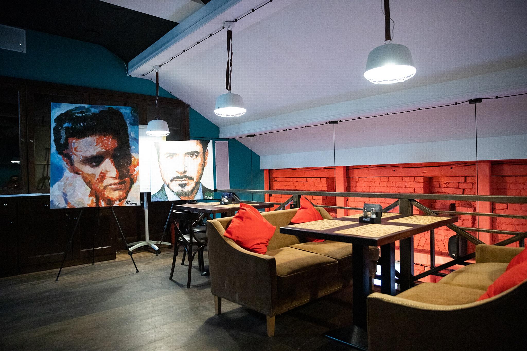 Московский ресторан Stairs открылся выставкой портретов знаменитостей