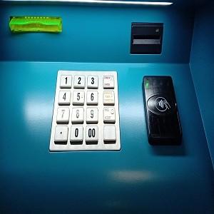 Банкоматы «Левобережного» оборудовали считывателями бесконтактных карт